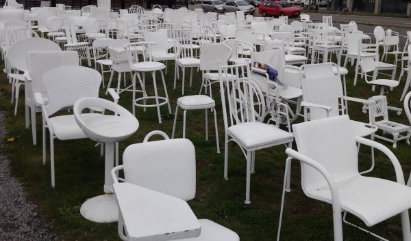 this picture shows the 185 white chairs reflecting the loss of lives in the 2011 Christchurch Earthquake